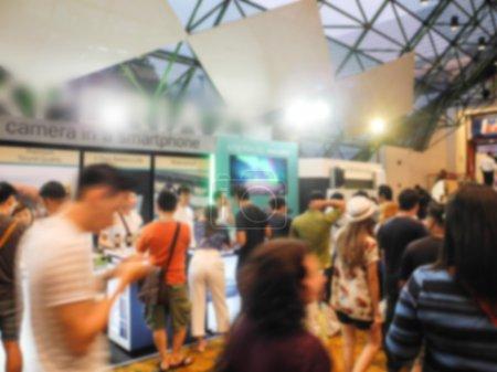 Abstrakte Menschen, die in Ausstellung gehen, verschwommener Hintergrund
