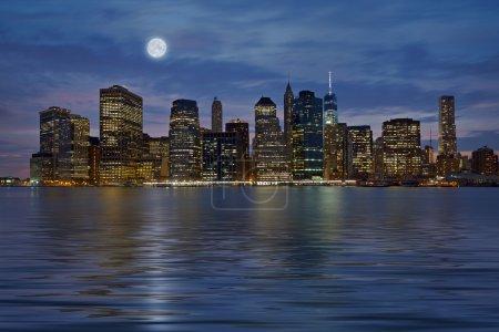 Photo pour Horizon du centre de New York City Manhattan de vue panoramique pendant la nuit avec des gratte-ciel - image libre de droit