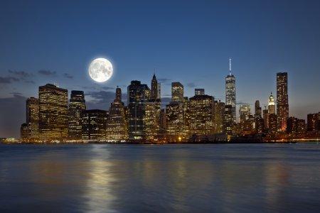 Photo pour Gratte-ciel du centre-ville de manhattan new york city vue panoramique de nuit avec les gratte-ciels et de la pleine lune - image libre de droit