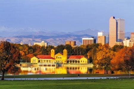 Photo pour Denver Colorado skyline de City Park avec City Park Boathouse et montagnes Rocheuses en arrière-plan le matin d'automne - image libre de droit