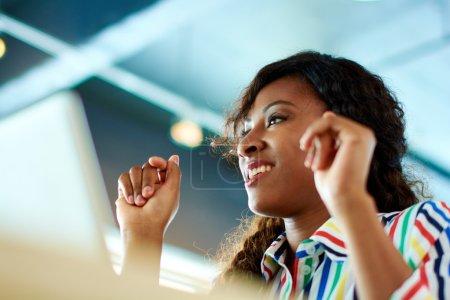 Photo pour Portrait de l'employé occasionnel de femme participant à un projet au cours d'un brainstorming de l'équipe - image libre de droit