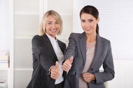 Foto de Retrato de dos exitosos negocios en equipo haciendo pulgares arriba gesto. - Imagen libre de derechos