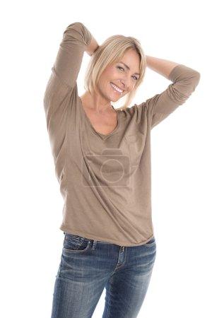 Photo pour Portrait d'une femme blonde mature et séduisante isolée satisfaite sur blanc . - image libre de droit