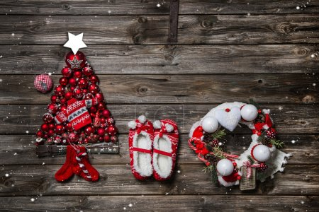 Photo pour Wooden christmas background with red decoration and an empty sign or card for greetings. - image libre de droit