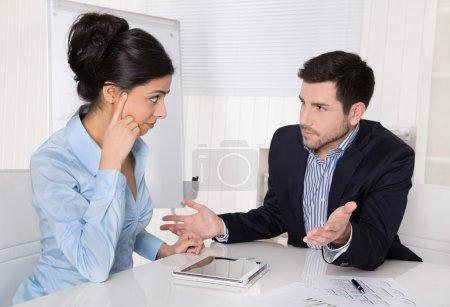 Conflits et problèmes sur le lieu de travail : discussion patron et stagiaire