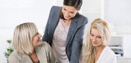 erfolgreiches Team gut ausgebildeter Unternehmerinnen am Schreibtisch