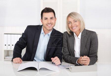 Bonne équipe d'hommes et de femmes d'affaires assis dans le bureau. Sucre