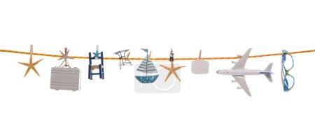 Photo pour Décoration estivale avec différents ustensiles pour voyager suspendus sur une ligne avec des chevilles de vêtements . - image libre de droit