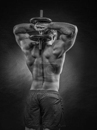 Photo pour Puissance athlétique homme barbu faire de l'exercice avec haltères . - image libre de droit