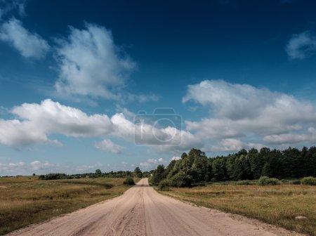 Photo pour Route vide avec ciel nuageux - image libre de droit