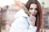 Portrét krásné ženy v zimní bundě