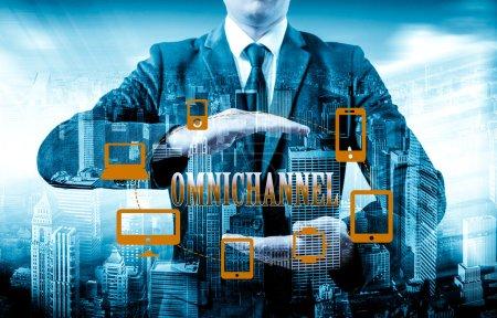 Photo pour Le concept de Omnichannel entre les dispositifs pour améliorer la performance de l'entreprise. Solutions innovantes dans l'entreprise - image libre de droit