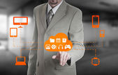 Podnikatel dotýkají oblak připojen k mnoha objektů na obrazovce virtuální, pojem o internet věcí