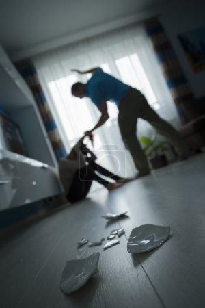 Photo pour Homme frappant la femme sur le sol - image libre de droit