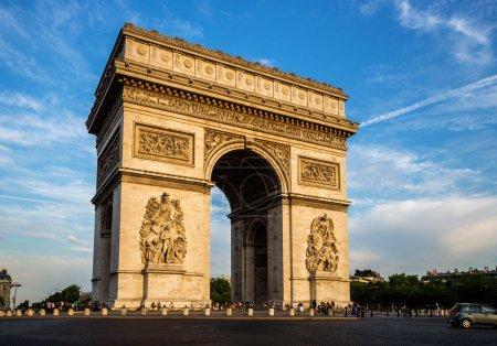 Photo pour Arc de Triomphe avec ciel dramatique, Paris, France - image libre de droit