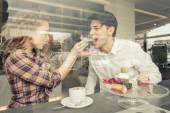 Mladý pár jíst pečivo v obchodě pečivo
