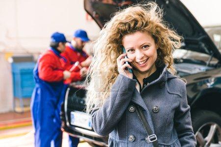 Photo pour Femme appelant le service d'assistance automobile après panne de voiture - image libre de droit