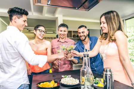 Photo pour Groupe d'amis ayant parti à la maison et faire griller les verres à cocktail - image libre de droit