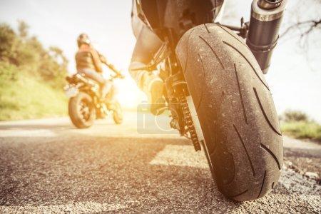 Photo pour Deux motos sur les collines d'équitation. amis, s'amuser dans le week-end avec une excursion sur leurs motos - image libre de droit