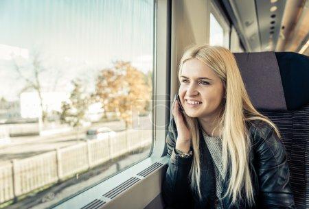 mujer joven viajando en el tren