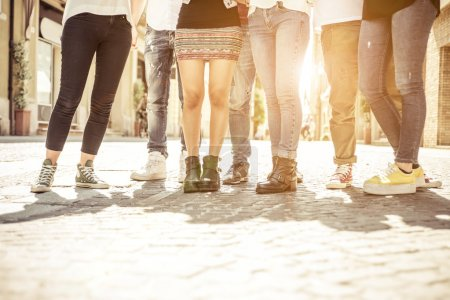 Photo pour Groupe d'amis marchant dans le centre-ville. concept sur les gens, différents styles, tendances de la mode et mode de vie urbaine - image libre de droit