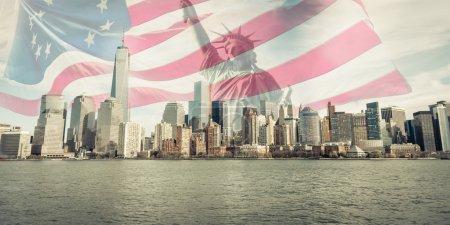 Photo pour Triple exposition des toits de la ville de New York, statue de la liberté et drapeau américain - image libre de droit