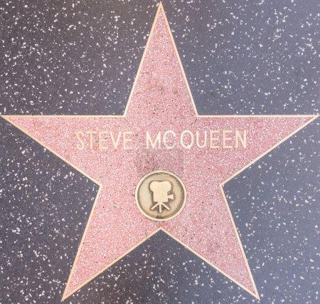 Photo pour Los Angeles, Usa, octobre 8,2015 : star mcqueen The Steve sur le Walk of fame à Hollywood. McQueen a reçu une nomination aux Oscars pour son rôle dans The Sand Pebbles - image libre de droit