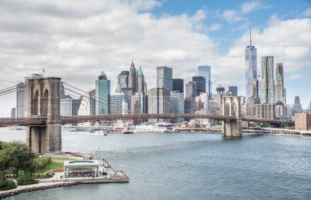 Photo pour Vue du pont de Brooklyn et de l'horizon de Manhattan - centre-ville de New York City, photographié du pont de Manhattan - image libre de droit