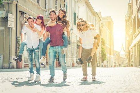 Photo pour Groupe d'amis jouant dans le centre-ville. concept sur les jeunes et les personnes - image libre de droit
