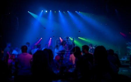 Photo pour Silhouettes de gens danser dans un club. Concept industriel sur les spectacles en soirée - image libre de droit