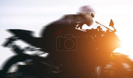 Photo pour Motard rapide conduite dans la rue. concept de transport et de motos - image libre de droit