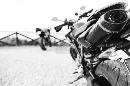 Photo pour Gros plan sur un tuyau d'échappement de moto. concept de transport et de motocyclettes - image libre de droit