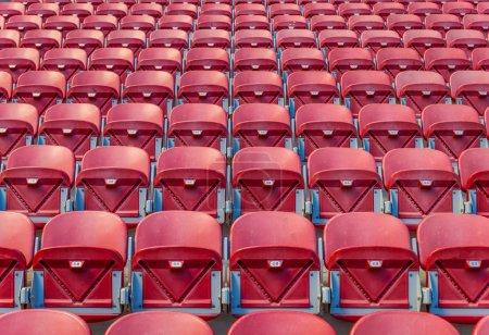 Photo pour Sièges rouges au stade - image libre de droit