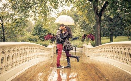 Photo pour Charmant couple à Central Park, New York sous la pluie - image libre de droit