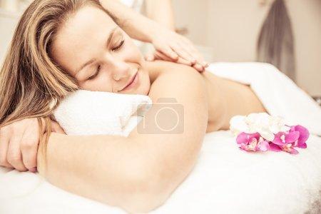Photo pour Femme faisant des massages dans un salon de beauté - image libre de droit