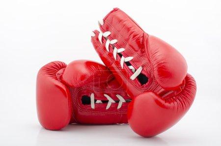 Photo pour Gants de boxe en cuir rouge isolés sur fond blanc - image libre de droit