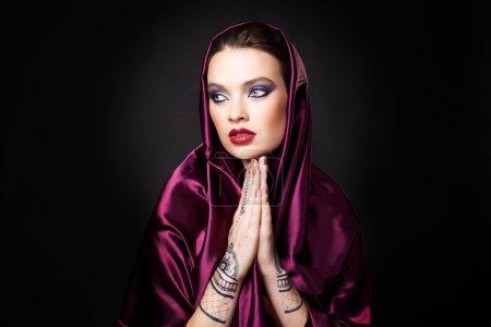 Photo pour Belle femme de style oriental avec mehendi en hijab - image libre de droit