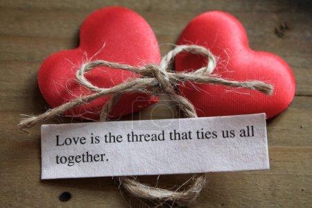 Photo pour Un message d'amour à côté de deux coeurs d'amour rouges - image libre de droit
