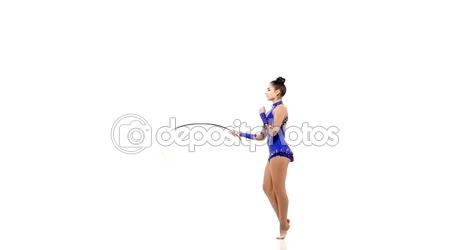 Sportovní gymnastka s různými předměty, zpomalené