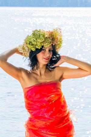 Photo pour Jeune femme russe sur sa tête une couronne de fleurs hortensias, une femme détendue, allongée sur un tronc d'arbre, heureux, traditions russes et la vie folklorique, mode de vie et vêtements, nature intime , - image libre de droit