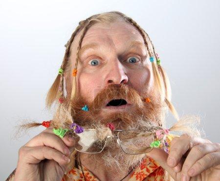 Photo pour Portrait en gros plan d'un homme adulte à longue barbe, moustache et cheveux tressés en queue de cochon gesticulant studio sur fond clair - image libre de droit
