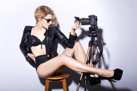Photo pour Femme blonde faire selfie en tenue rock. intérieur - image libre de droit