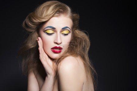 Красоты блондинка женщина портрет с