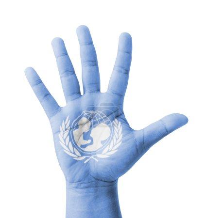 Photo pour Porté la main ouverte, drapeau de l'UNICEF (Fonds des Nations Unies pour l'enfance) peint, concept polyvalent - isolé sur fond blanc - image libre de droit