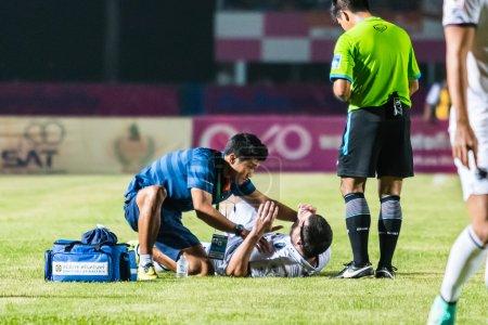 Photo pour Sisaket Thaïlande-Octobre 15: Équipe de premiers soins de Buriram Utd. (bleu) en action lors de la Premier League thaïlandaise entre Sisaket Fc et Buriram Utd au Sri Nakhon Lamduan Stadium le 15 octobre 2014,Thaïlande - image libre de droit