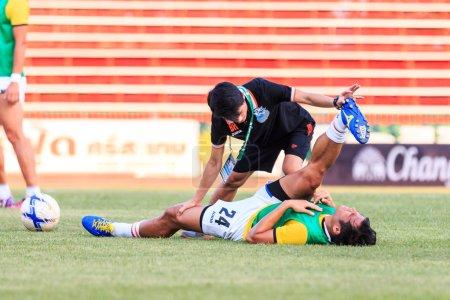 Photo pour Sisaket Thaïlande-Avril 4: Physiothérapeutes de Port Fc. (noir) en action lors de la Premier League thaïlandaise entre Sisaket Fc et Port Fc au Sri Nakhon Lamduan Stadium le 4 avril 2015,Thaïlande - image libre de droit