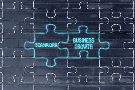 Photo pour Puzzle correspondant pièces métaphore : travail d'équipe & croissance de l'entreprise - image libre de droit