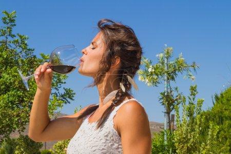 Jungbäuerin probiert ein Glas Rotwein.