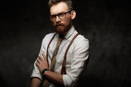 Photo pour Homme émotionnel avec moustaches et barbe - image libre de droit