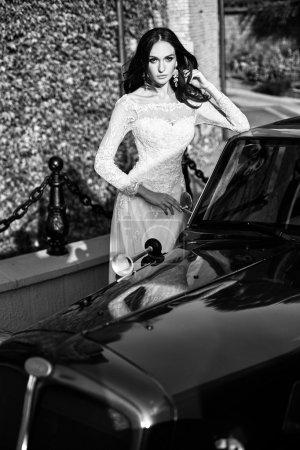 Photo pour La belle jeune femme posant dans une robe de mariée - image libre de droit